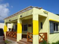 小浜島の味処ふくぎ - 幹線道路からちょっと入ったところの黄色い建物
