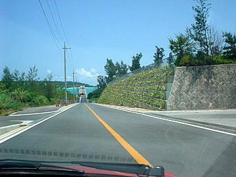 古宇利大橋へと向かう道