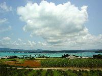 古宇利島の高台から古宇利大橋を見る