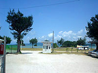 屋我地島の屋我地ビーチ - ゲートで管理されている有料ビーチ