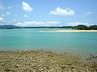 北部奥武島の屋我地大橋とそこからの景色 - 海は遠浅で、干潮時は干上がります