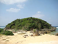 古宇利島の渡海浜/トケイ浜 - この小島でビーチが左右に分かれています