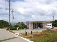 古宇利島の渡海浜/トケイ浜 - 駐車場を越えた先にもお店らしきもの