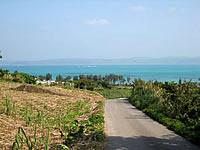 古宇利島の高台の古宇利集落の道