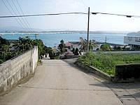 古宇利島の港近くの古宇利集落の坂道の写真