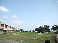 古宇利島の古宇利小学校 - 校庭は広々しています