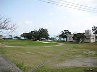 古宇利島の古宇利小学校 - 校庭からは青い海が望めます