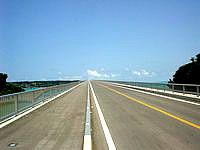 古宇利島の古宇利大橋 屋我地島側 - 空に向かって走ることができます