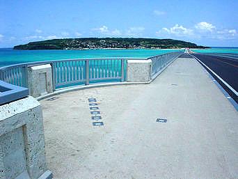 橋頂上から周辺の海を望む