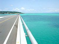 古宇利島の橋頂上から周辺の海を望むの写真