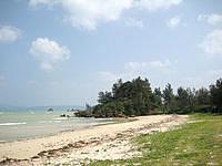 屋我地島の済井出ビーチ/ソルトビーチ食堂/屋我地の塩工場 - ビーチは自然そのままの感じ