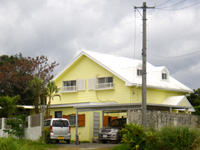 屋我地島のサザンコンフォート - 今は黄色くなっていて民家に