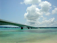 古宇利島の古宇利ビーチ/トゥンヂ浜 - 古宇利大橋が下から一望です