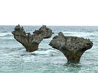 古宇利島のハートロック/ハート岩/ティーヌ浜 - いわゆるノッチ岩で離島では珍しくない