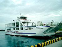久高島の安座真港フェリーターミナル - フェリーと高速艇があります(フェリー)