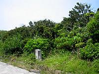 沖縄本島離島 久高島のクボー御嶽近くの記念塔の写真
