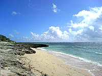 久高島のシマーシ浜 - 砂浜は途中岩場もありますが広いです