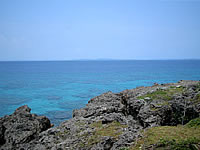 久高島のロマンスロードから見た海