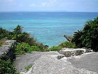久高島の久高島北側の道 - 中にはお墓の上から海が見える場所も