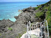 久高島のミガー/ニーカー - 仮設用の階段でどうにか井戸まで降りれます