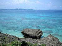 久高島のミガー/ニーカー - 井戸までの途中でも海がきれいに望めます