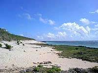 久高島のウパーマ - 入口から向かって左側に砂浜が広がります