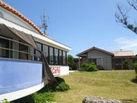 久高島の徳仁港待合所/カフェ/レンタサイクル - オーシャンではなく港ビューのカフェ