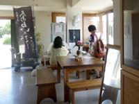 久高島の徳仁港待合所/カフェ/レンタサイクル - 待合内はまさにカフェ的に