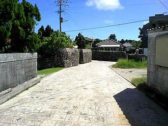 久高島の久高集落「久高島の集落の道はきれいな石畳」