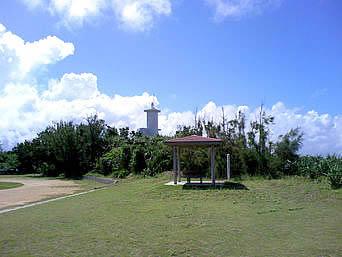 久高島のメーギ浜のグラウンド「集落とメーギ浜との間にあるグラウンドです」