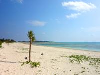 久米島のイーフビーチ - アイランドホテル側までビーチが続きます