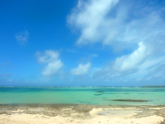 久米島のシンリ浜「リーフ部分が常に干上がっていて不思議な形のビーチ」