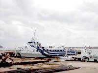 久米島の兼城港 - 海が荒れていると高速艇も来る(昔)