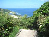 久米島の阿嘉のひげ水 - 基本、階段を下って行きます(帰りは上り)
