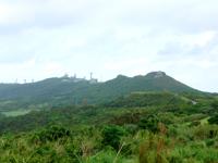 久米島の宇江城城跡全景 - 城跡へと続く道で最後は急激な上り坂