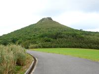 久米島の宇江城城跡全景 - 周回道路からも城跡は望めます