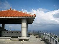久米島の比屋定バンタの展望台 - 展望台はとてもキレイです