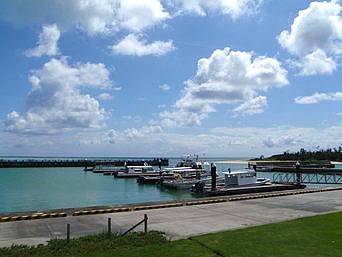 久米島の泊フィッシャリーナ(はての浜行き船の船着き場)「はての浜行きの船が並びます」