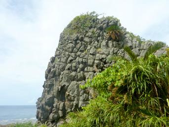 久米島のアンマーグスク/天宮城「この岩の質感がすごい!」