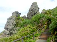 久米島のアンマーグスク/天宮城 - 階段下から見上げる
