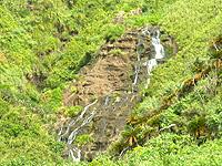 久米島のタチジャミの滝 - 海から見ると段爆の長さが分かる