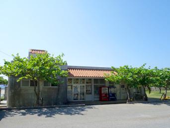 久米島のパーラーシンリ浜/キャンプ場「シンリ浜のキャンプ場と売店などの施設」