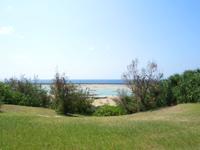 久米島のパーラーシンリ浜/キャンプ場 - シンリ浜まで下りる斜面と階段