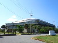 久米島の久米島野球場/ホタルドーム - 奥にあるのがホタルドーム