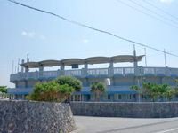 久米島の久米島野球場/ホタルドーム - スタンドもしっかりしています