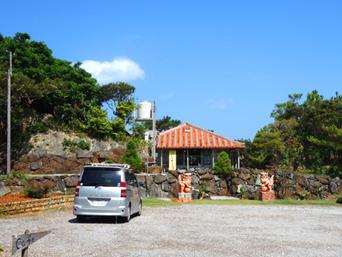 久米島のやちむん土炎房「赤瓦の屋根が特徴的な工房です」