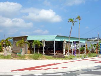 久米島のパーラースリーピース(営業しているか要確認)「久米アイランドの交差点にあるお店です」