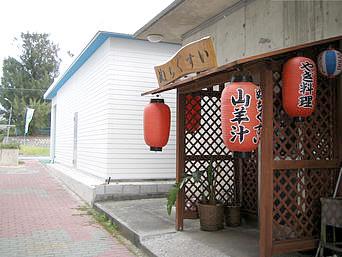久米島の山羊料理ぬちぐすい「メイン通りと裏通りに間の路地に入口があります」