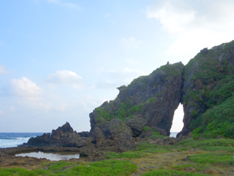 久米島のミーフガー/女岩「女性をイメージした岩らしいです」