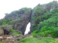久米島のミーフガー/女岩 - 高台から望むと右がミーフガーで左が具志川城跡